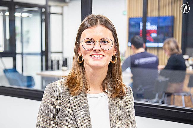 Rencontrez Anne-Sophie, Responsable styliste Photo - Paris Fashion Shops