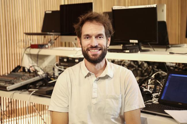 Rencontrez Regis, Directeur de Production Audiovisuelle