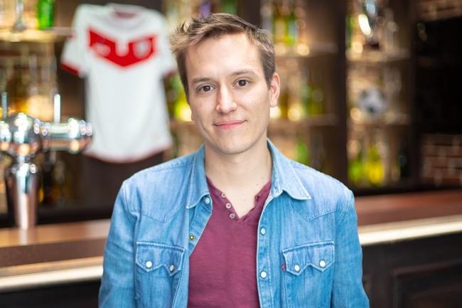 Conoce a Antoine, Periodista póker